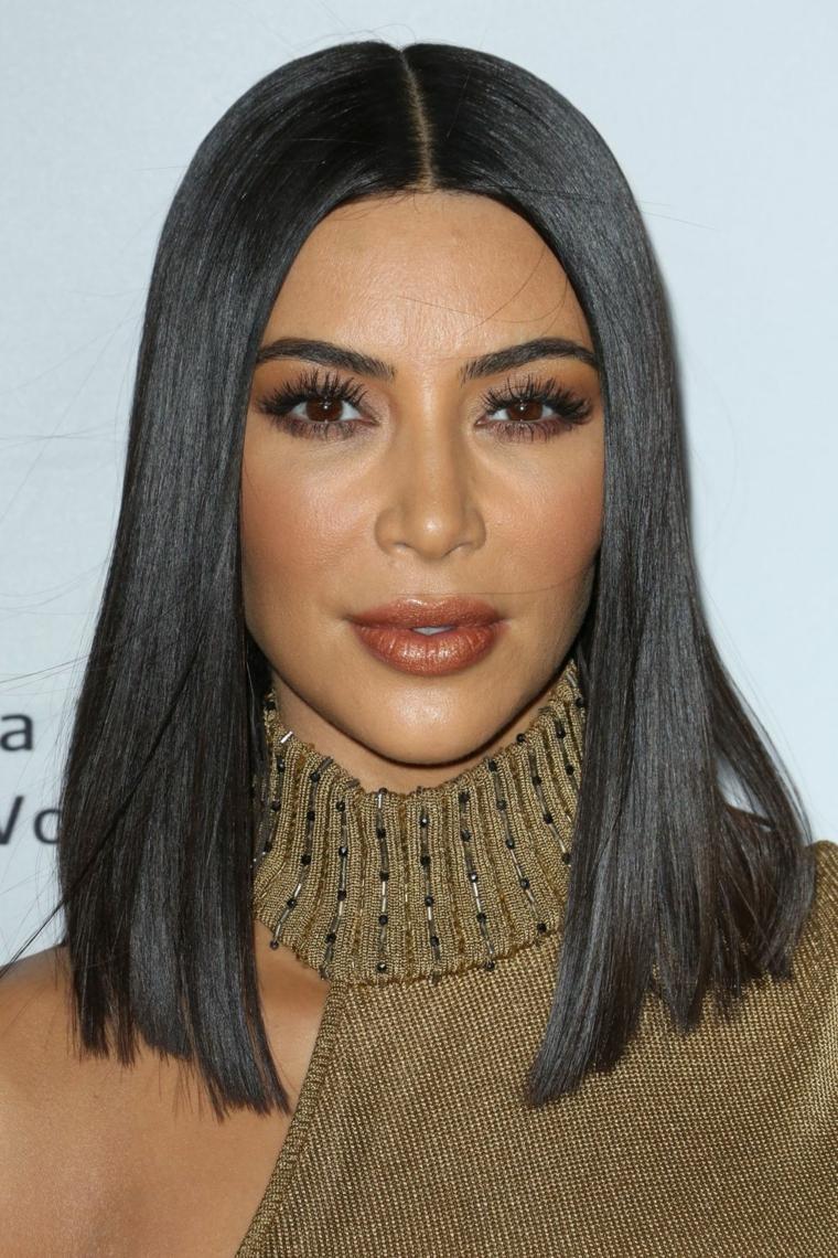 Taglio di capelli a caschetto lungo per Kim Kardashian, colore nero intenso e molto liscio