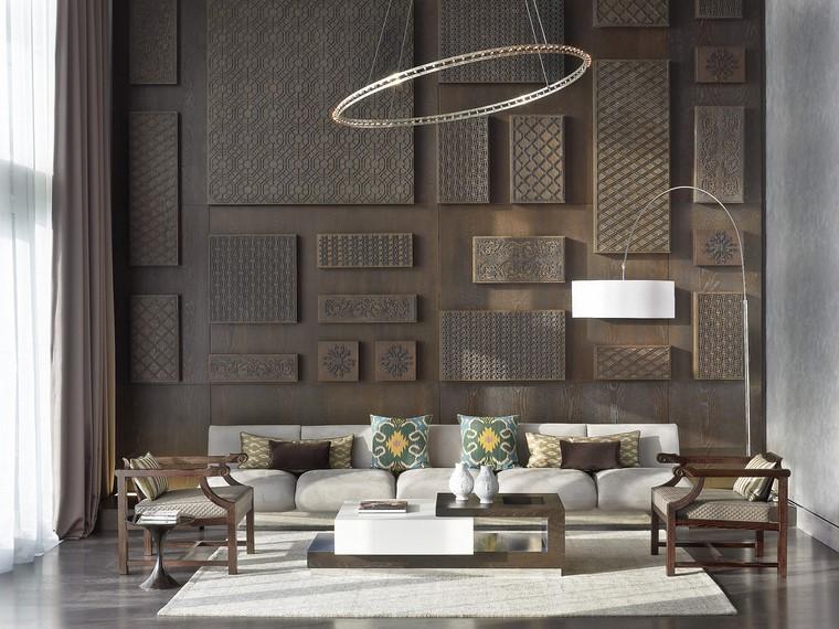 Mobili soggiorno in legno con un tavolino dislivelli e divano cinque posto di colore grigio