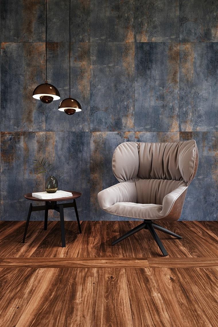 Mobili soggiorno moderni, tavolino basso di legno e poltrona grigia di velluto, parete stile industriale