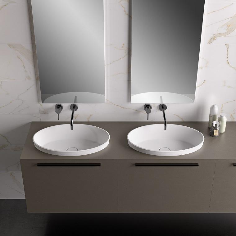 Piastrelle bagno effetto marmo e due lavabi in appoggio su mobile sottolavabo color grigio