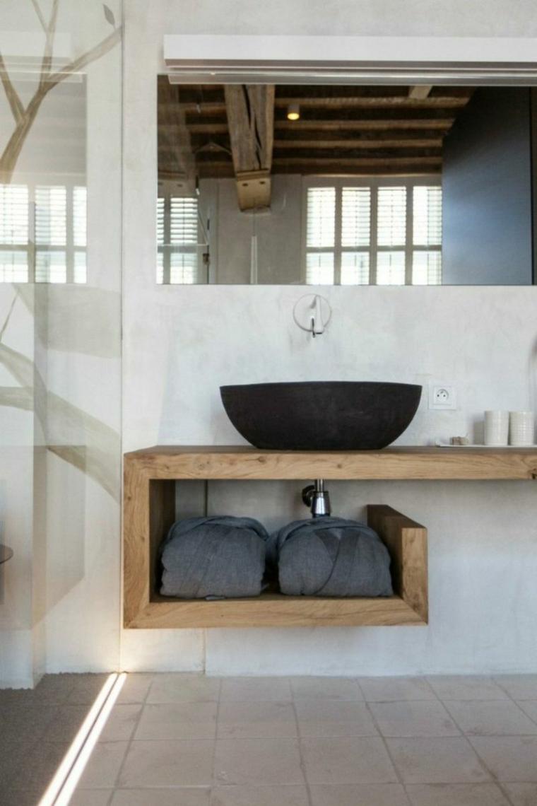 Sala da bagno con mobile in legno e lavabo da appoggio, parete grigia con specchio