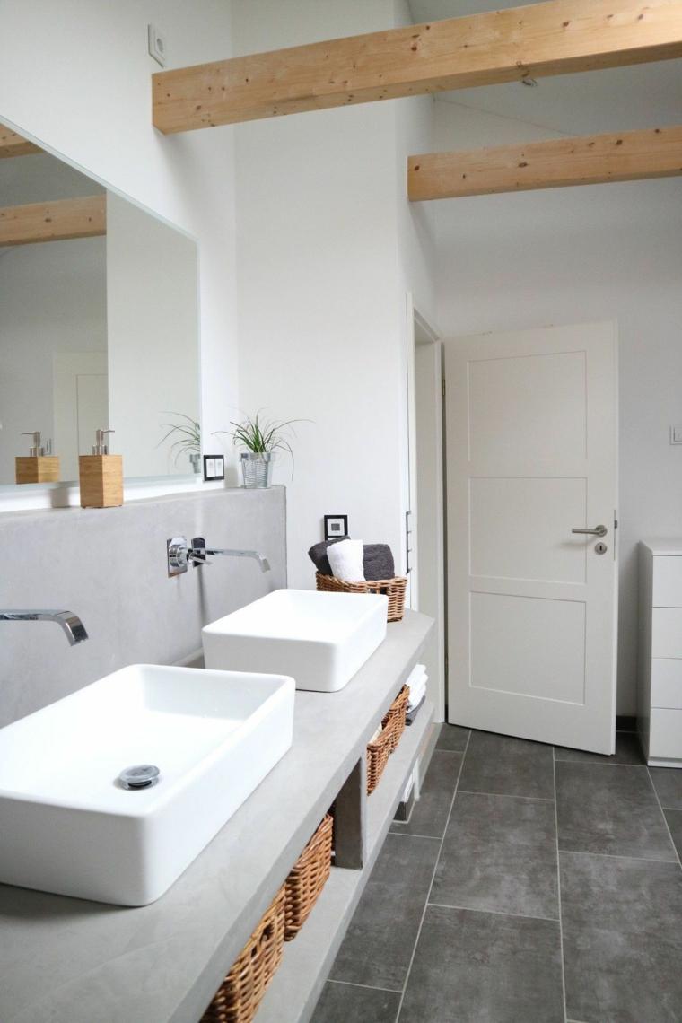 Sala da bagno con mobile grigio con lavandini da appoggio, soffitto con travi di legno