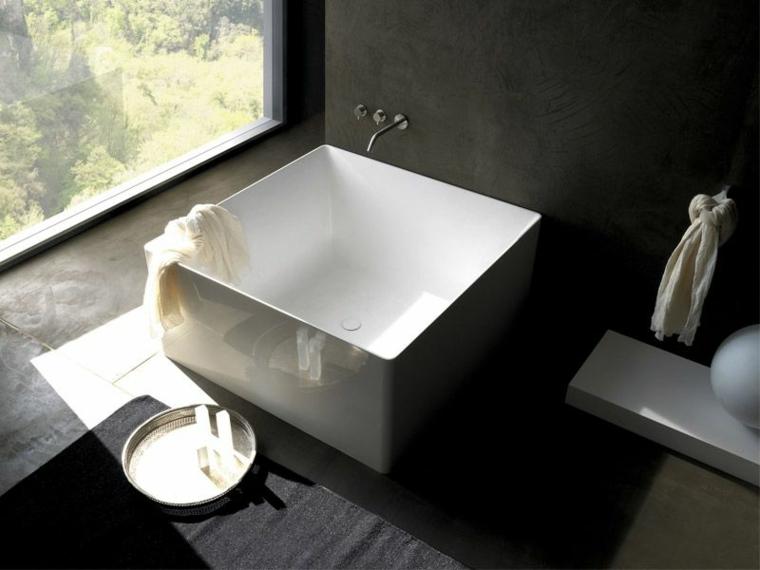 Bagni piccoli e un'idea con lavabo quadrato in appoggio su un mobile di legno con rubinetto da parete