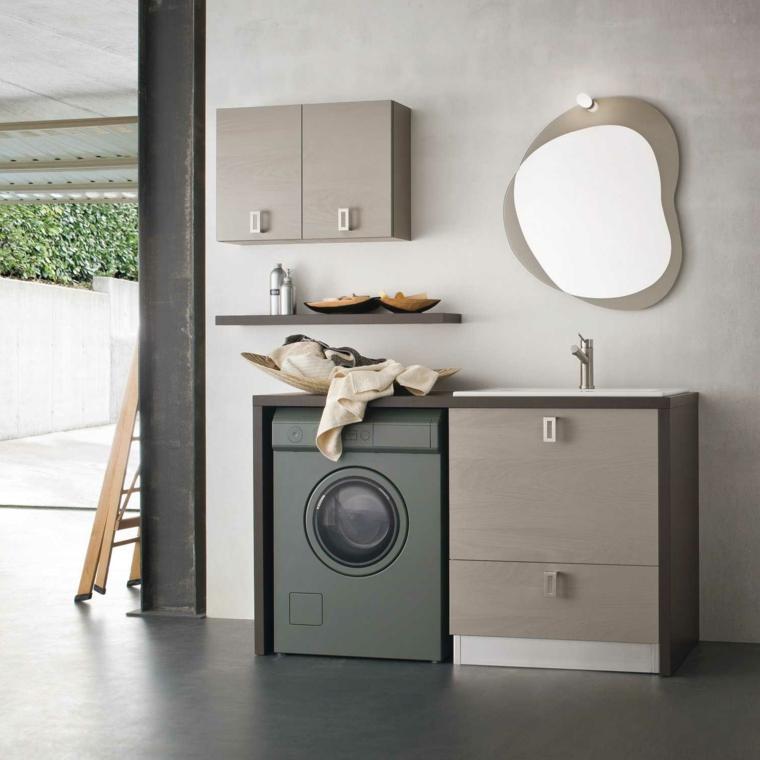 Mobile di legno con lavatrice sotto, parete grigia con scaffali e specchio