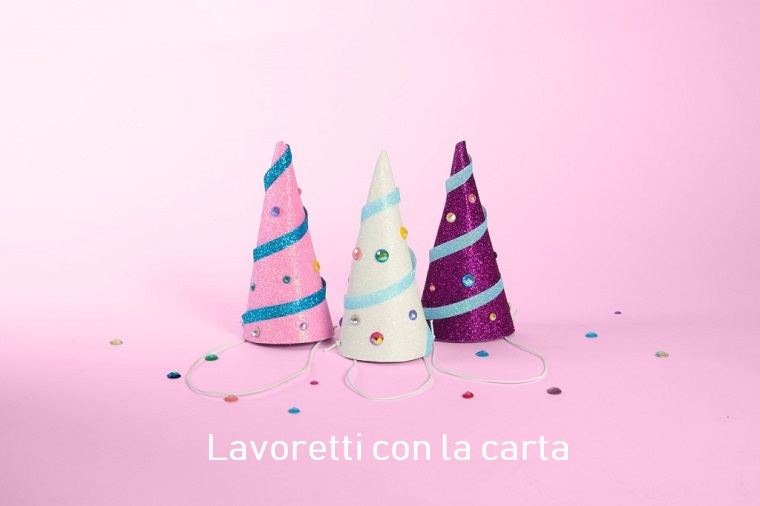 Cappellini di carta e decorati con brillantini colorati, lavoretti da fare in casa fai da te