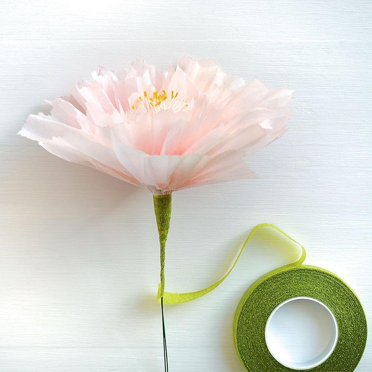 Idea per dei lavoretti con la carta, fiore con petali di carta rosa e pistilli gialli