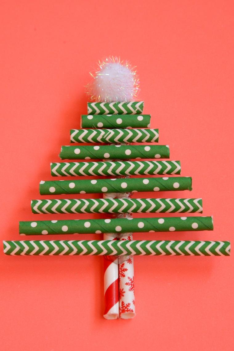 Lavoretti Natale e un albero con cannucce di carta colorata e pompon bianco in cima