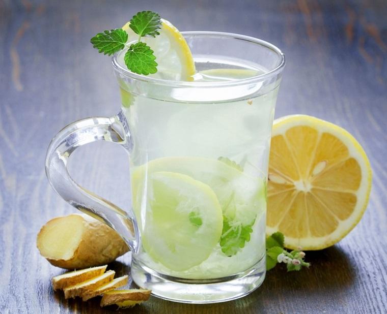 Bevande detox a base di acqua, zenzero e succo di limone da servire in un bicchiere di vetro