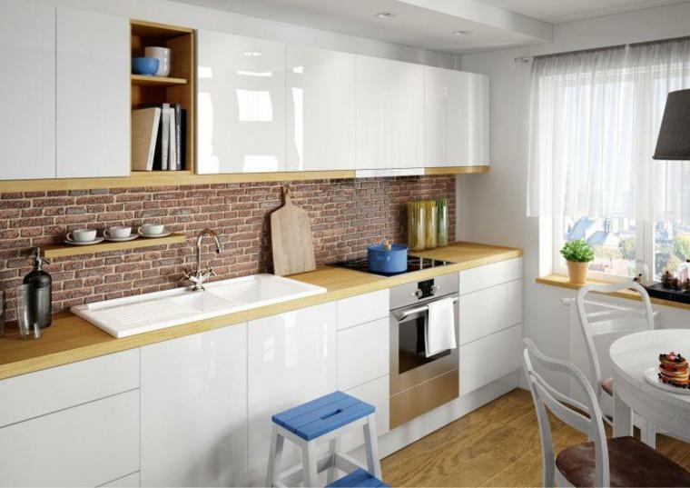 mobili bianchi con top in legno chiaro, cucina lineare con doppio lavello e rivestimento parete pietra