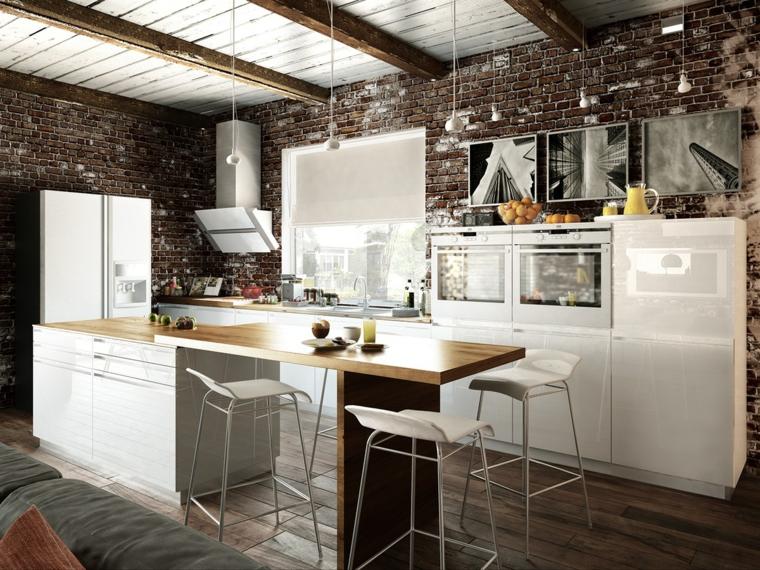 pavimento in parquet scuro e cucina con isola con mobili e sgabelli bianchi e parete interna in pietra