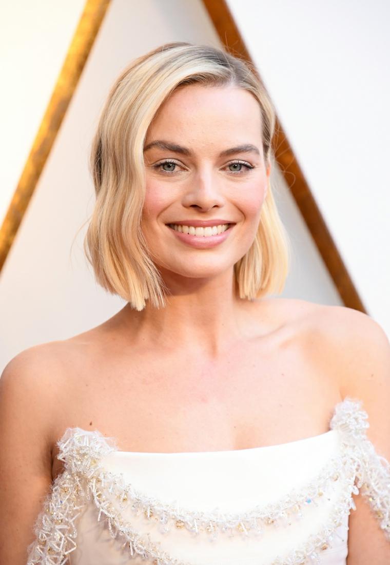 Taglio capelli corti a caschetto pari di colore biondo, Margot Robbie con un'acconciatura mossa