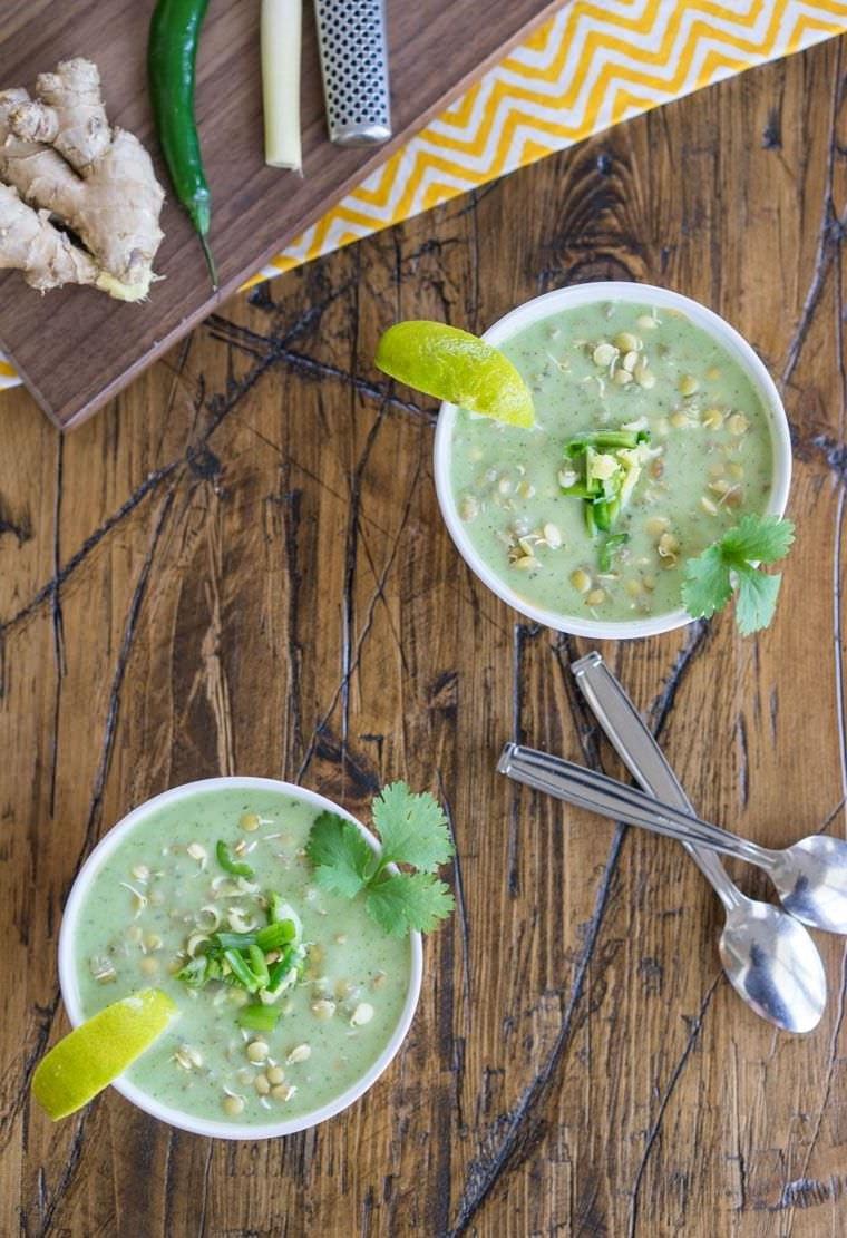 Idee cena veloce con una zuppa di lenticchie e zenzero, servita in due ciotole con pezzettini di limone