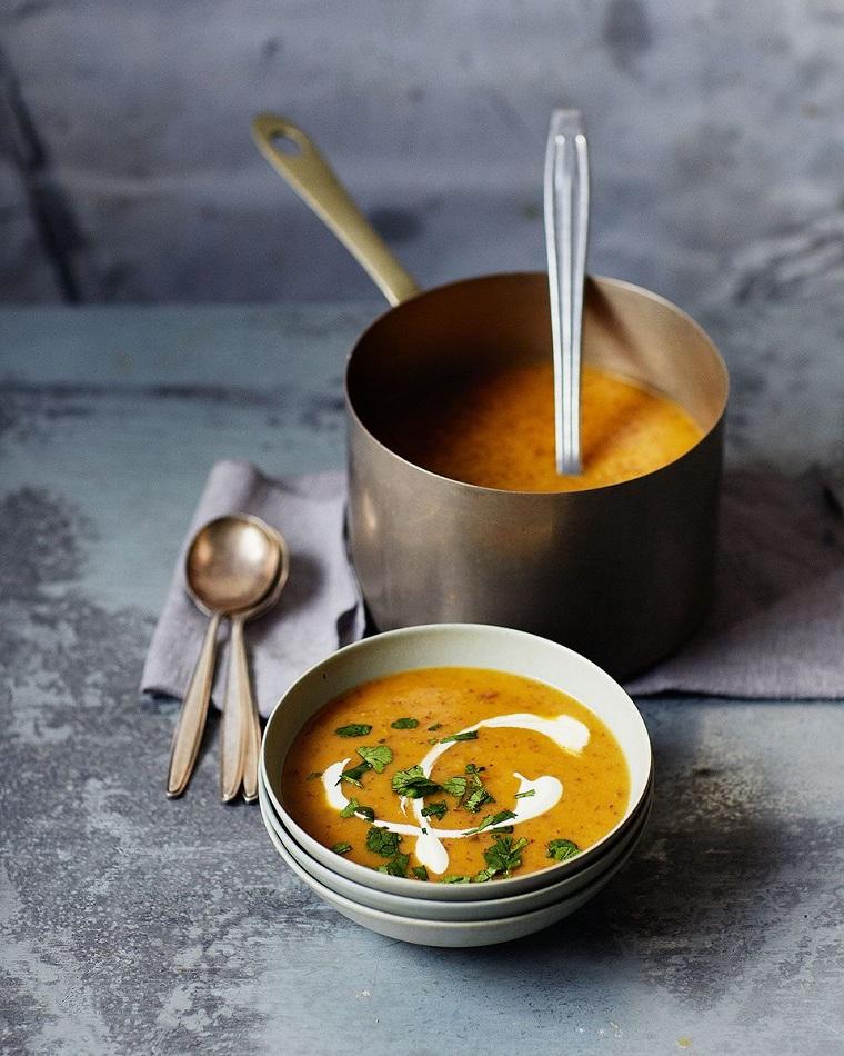 Una zuppa di patate dolci frullati e aggiunta di panna da cucina, condire con prezzemolo