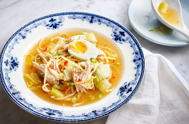 Una zuppa di pollo con uovo sodo e fillini, brodo di verdure tagliate a pezzettini