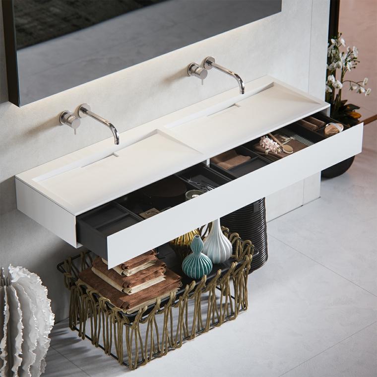 Bagno con rubinetteria da parete e lavabo moderno di ceramica bianca, bagni piccoli con cassetti e scomparti