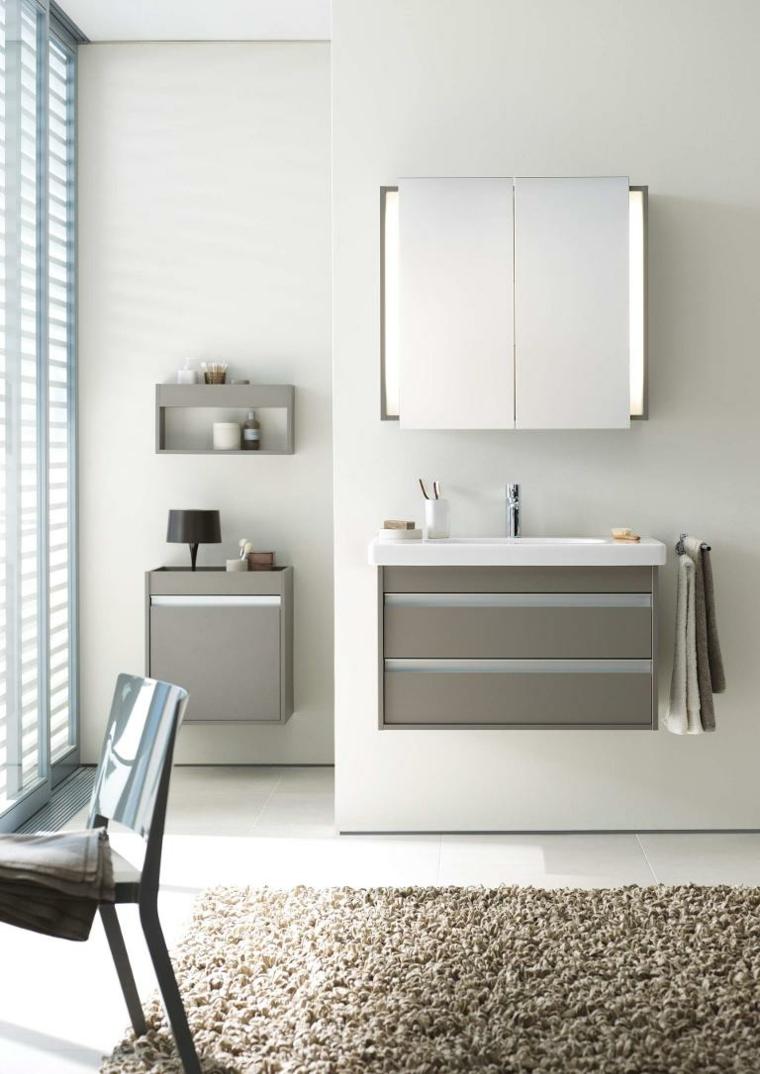 Sala da bagno con mobile sospeso di colore grigio, parete bianca con specchio