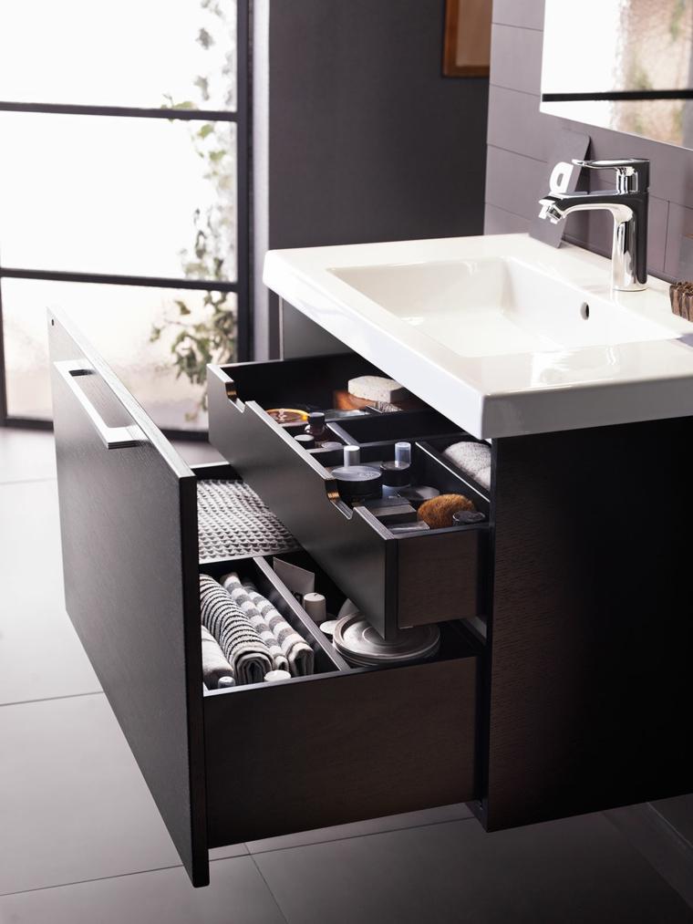 Come arredare un bagno moderno con mobile lavabo di legno e due cassetti con una maniglia