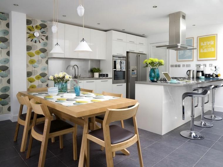 idea per arredare cucina open space con mobili bianchi laccati, cappa e sgabelli in acciaio, tavolo in legno