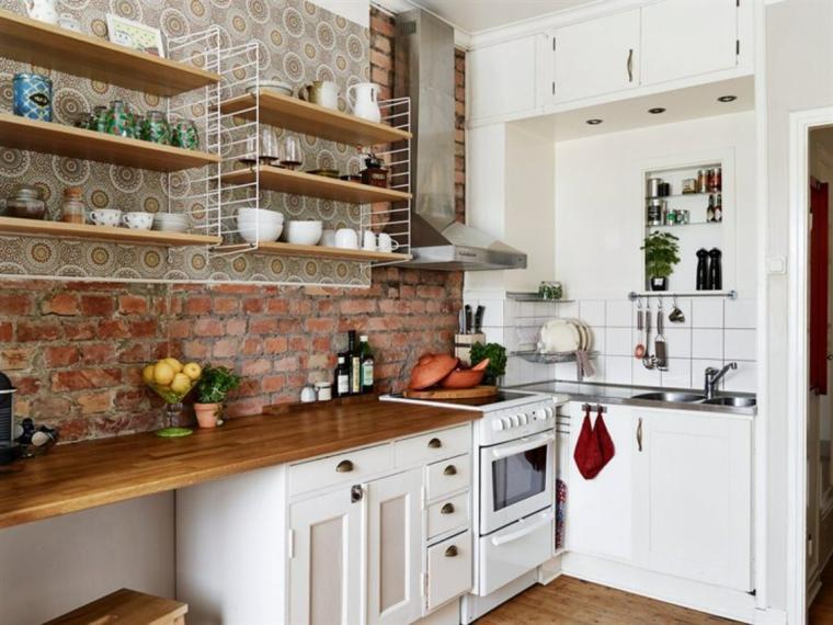 mensole in legno con tazzine bianche, mobili della cucine bianchi con top in legno e pareto rivestite in pietra