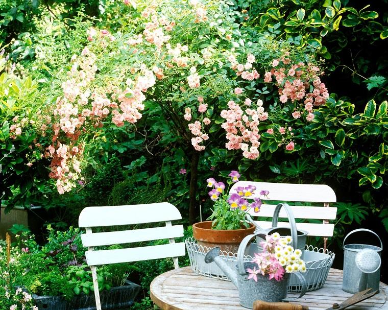Alberi ornamentali da giardino, mobili da esterno di legno di colore bianco, attrezzi da giardino in metallo