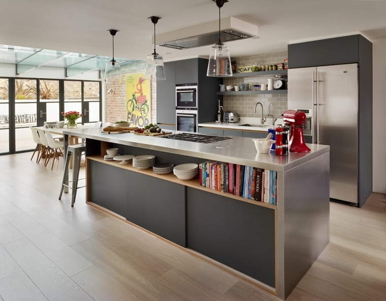 idea per open space arredamento con mobili della cucina grigio scuro e acciaio. parete con mattoni a vista e grande vetrata
