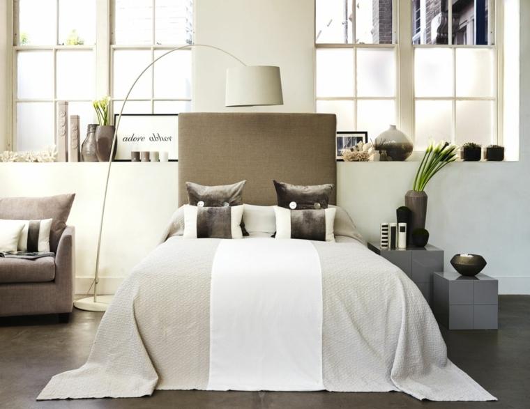 originale e moderna camera da letto con diversi elementi tortora: testata del letto, cuscini e poltrona