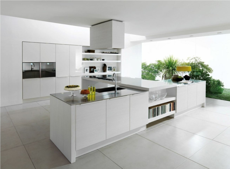 funzionale e moderna cucina con una grande isola a forma di t con lavello, ripiani, zona pranzo e fuochi