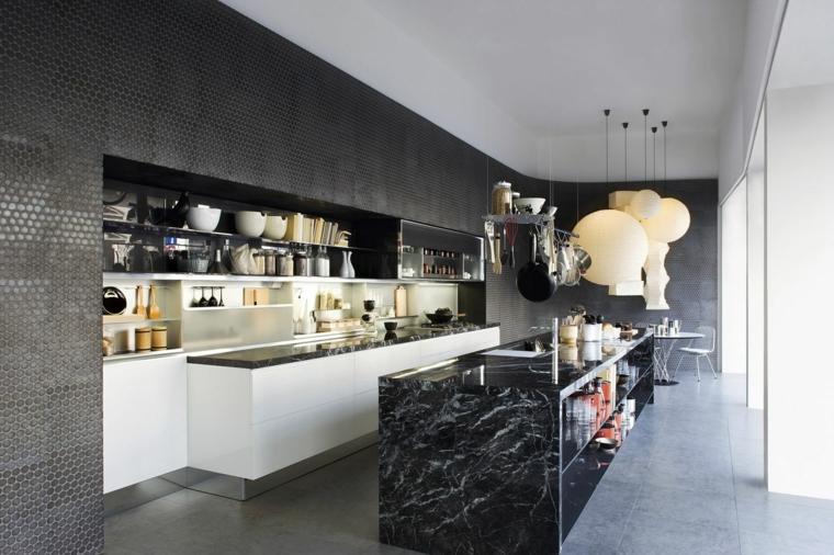 splendida cucina moderna con isola rettangolare in marmo nero con mensola, mobili bianchi a parete