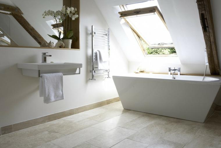 idea per arredare bagno mansarda con una vasca free standing dal design squadrato