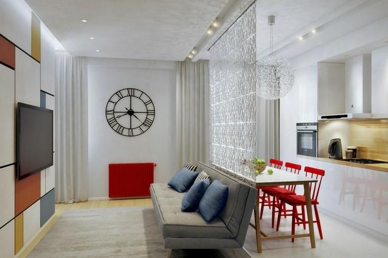 piccolo e funzione open space con una cucina lineare, tavolo e sedie rosse, divano e tv a parete