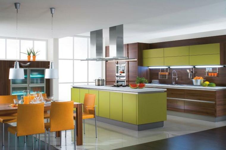 cucina con isola moderna con mobili verdi e marroni e sala da pranzo con sedie arancio