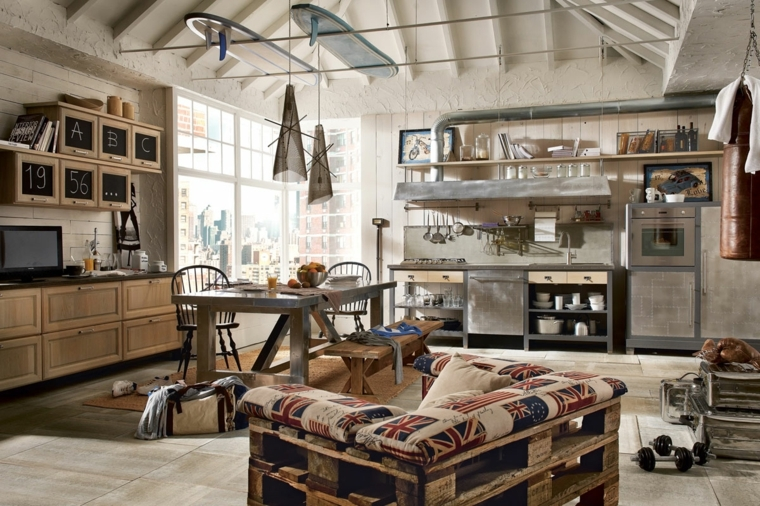 loft in stile industriale con cucina in legno e acciaio inox, divano in pallet e pareti rivestite in pietra per interni
