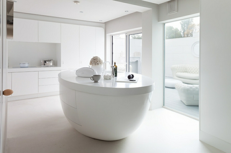 arredamento tutto bianco, immagini cucine moderne con isola ovale al centro