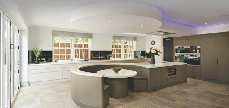 ampia e luminosa stanza con un'idea di cucine moderne con isola a semicerchio con tavolo e zona lavoro