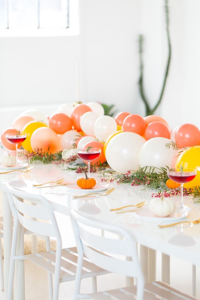 Decorazione con palloncini, centrotavola con palloncini, tavolo con bacche rosse
