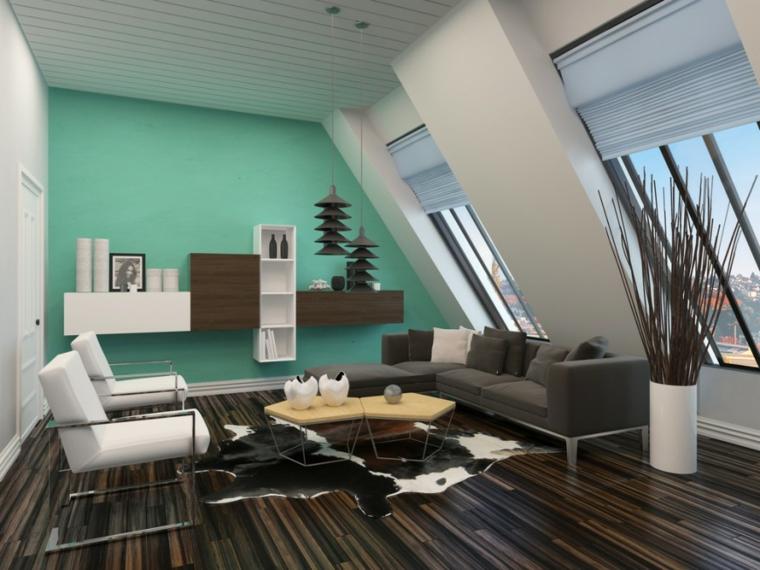 parete verde con mobili pensili, pavimento in legno scuro, divano marrone e poltrone bianche, arredare mansarda moderna