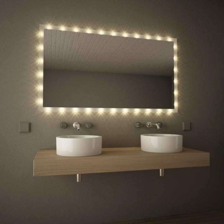 Idee bagno moderno piccolo con mobile di legno appeso e due lavabi, specchio con illuminazione integrata