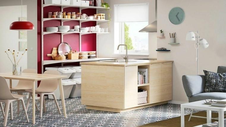 come arredare cucina soggiorno ambiente unico con una piccola isola attrezzata in legno, parete con scaffali, tavolo e divano grigio
