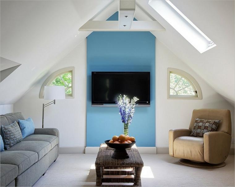 divano grigio e poltrona beige, tavolino in legno rettangolare, parete della tv azzurra, come arredare una mansarda piccola