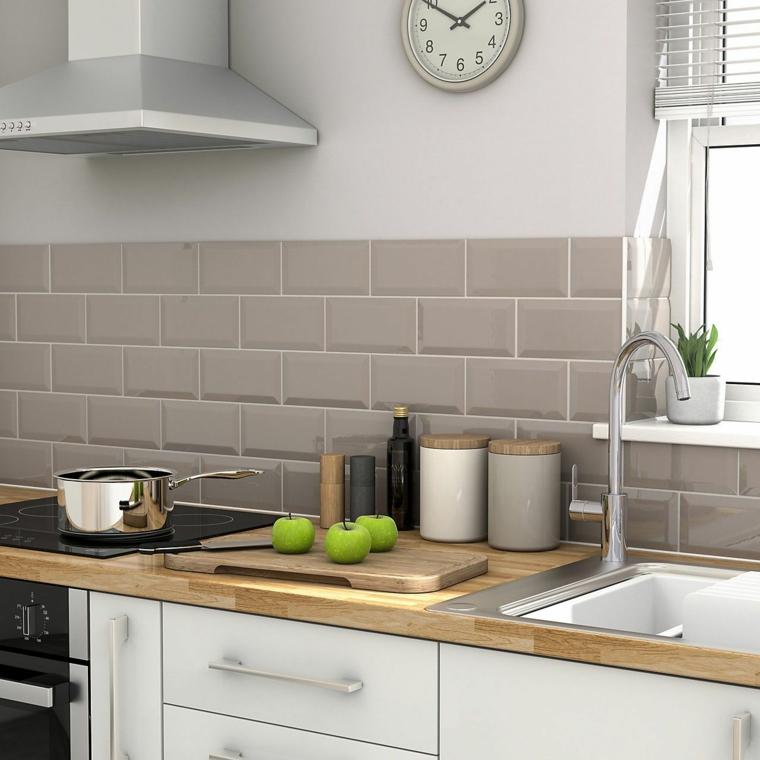 pareti color tortora chiaro e scuro cucina con paraschizzi rivestito in piastrelle