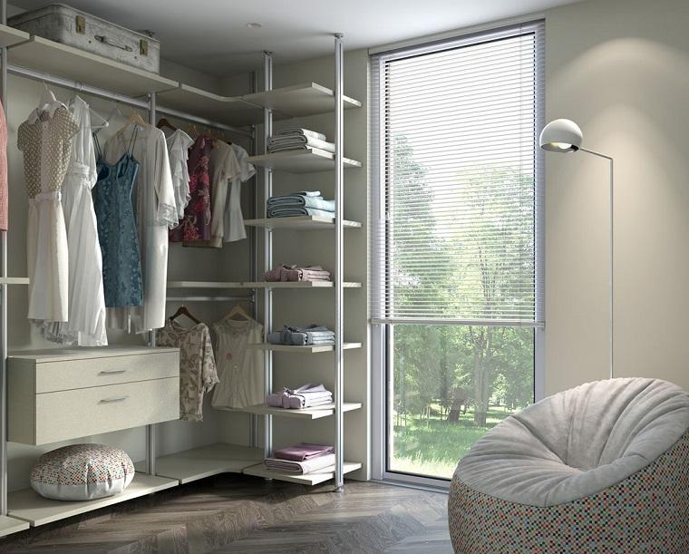 pareti grigio chiaro e scuro stanza armadio con scaffali a vista poltrona mobida grigia