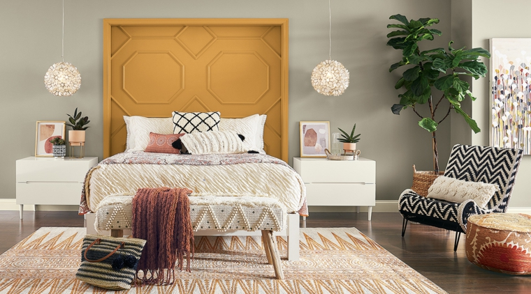 pareti tortora chiaro camera da letto con testata di legno giallo pavimento in laminato con tappeto