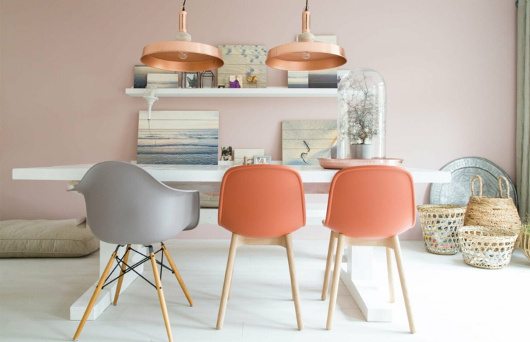 pareti tortora rosato parete con mensole tavolo da pranzo bianco nella sala