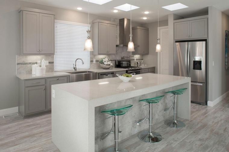 idea per arredare cucine moderne piccole con isola bianca. mobili grigi e lampadari a sospensione