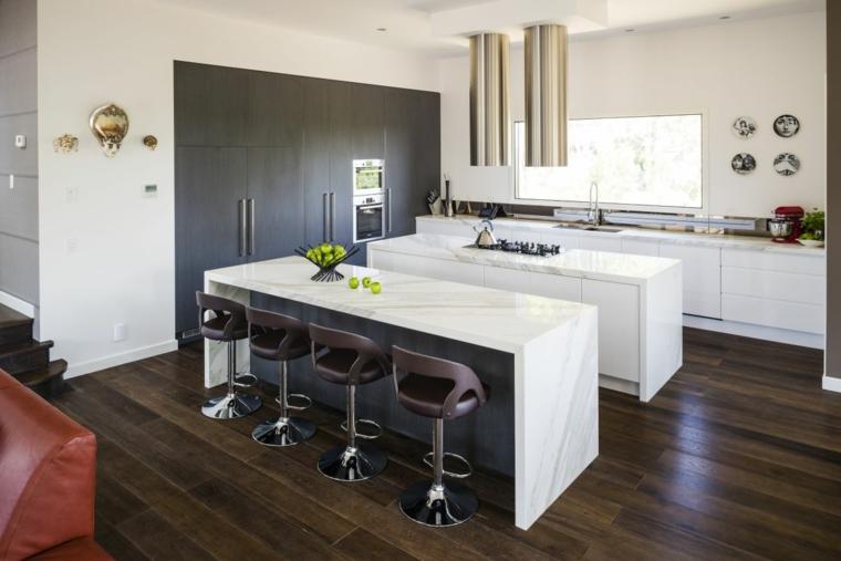pavimento in legno scuro in cucine moderne con due isole, una attrezzata per cucinare e una come tavolo da pranzo,