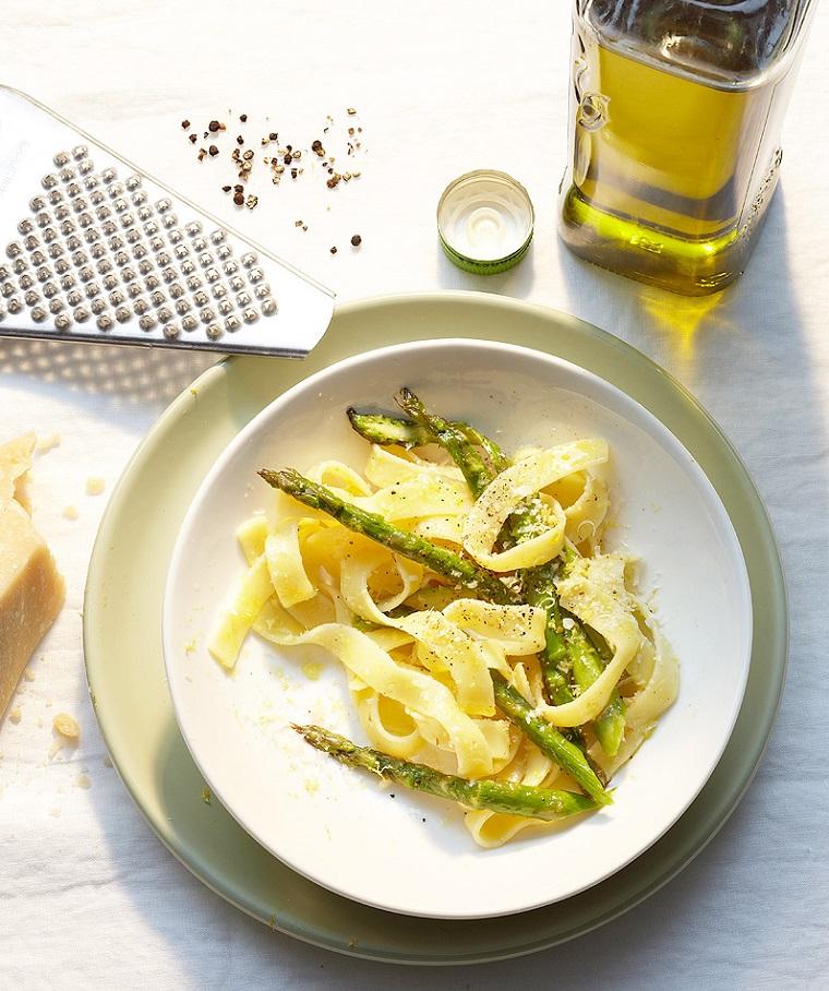 Ricette sfiziose per una cena estiva, piatto di pasta agli asparagi, spolverata di parmigiano e olio d'oliva