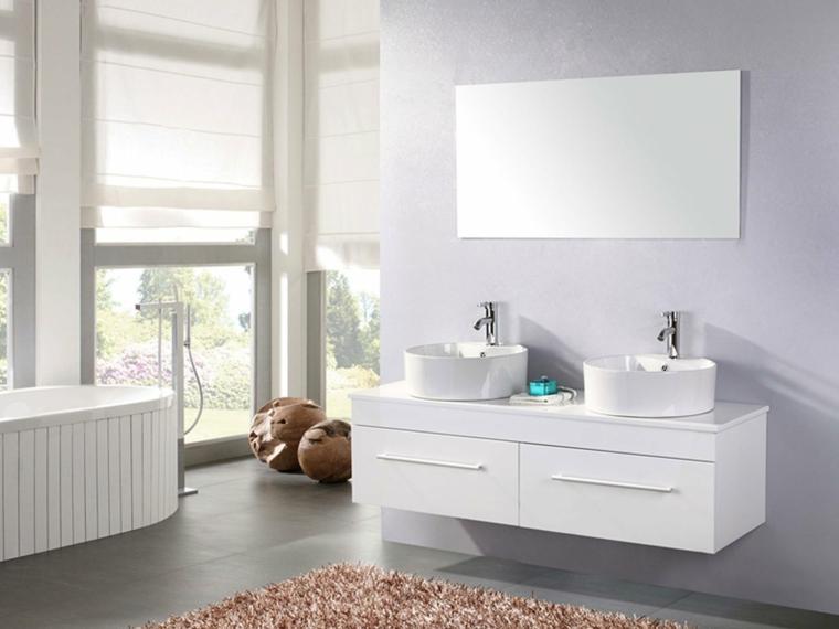 Arredare il bagno con un mobile e due lavabi da appoggio forma rotonda, pavimento con tappeto a pelo lungo