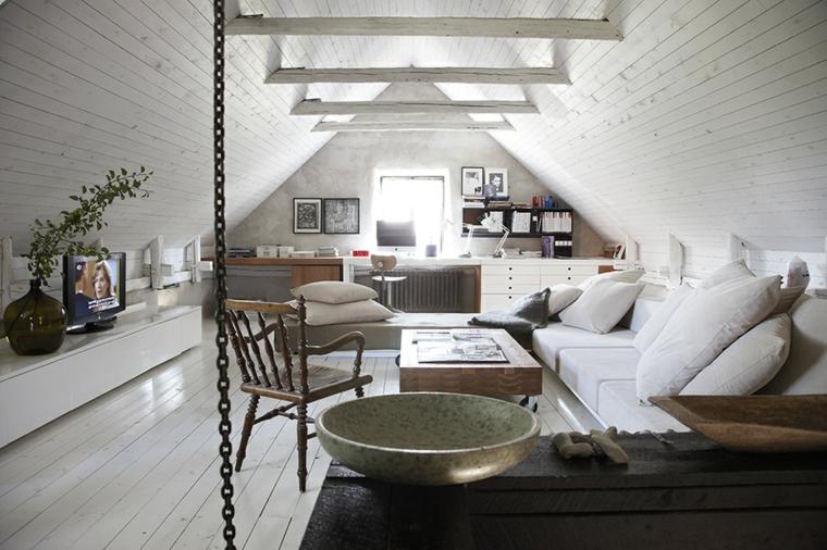 divano bianco con grandi cuscini bianchi, mobile lineare bianco, vaso con fiori, tavolino in legno, mansarde moderne