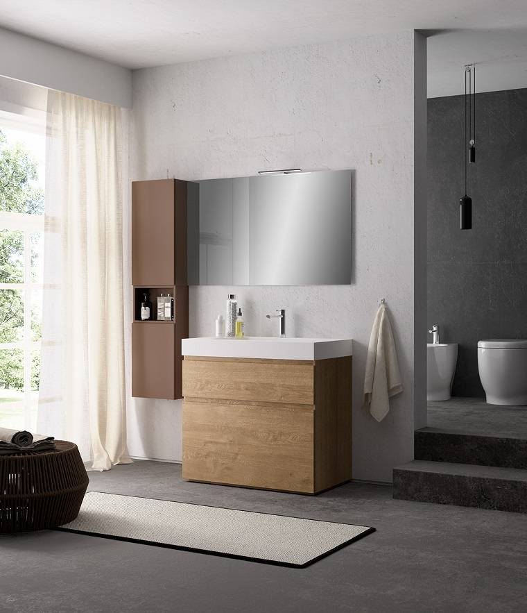 Bagno contemporaneo con mobile di legno e lavabo in appoggio, sanitari divisi da una parete grigia