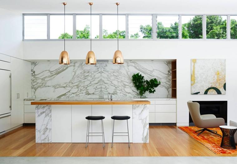 ampia e luminosa isola cucina in marmo, sgabelli dal design minimal con seduta nera
